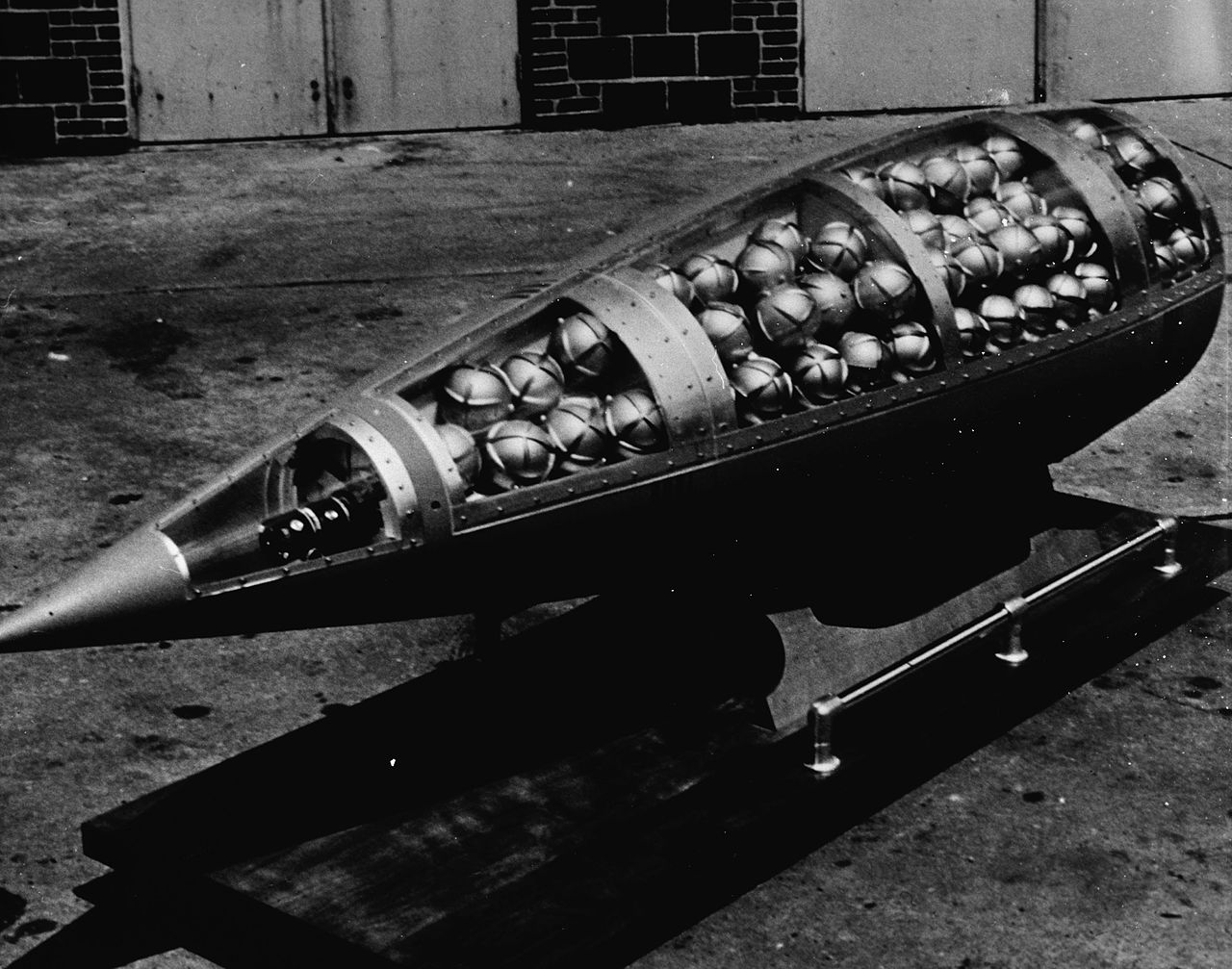1280px-Demonstration_cluster_bomb