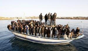 Bateau-migrants-arrivant-a-Lampedusa_galleryphoto_paysage_std